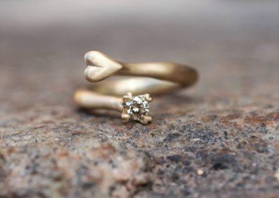 Guldring med en stor champagnefarvet diamant og et hjerte af guld