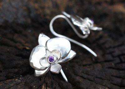 Ørebøjler med orkider af sølv, hammerslået overfladed og lilla ametyst i midten