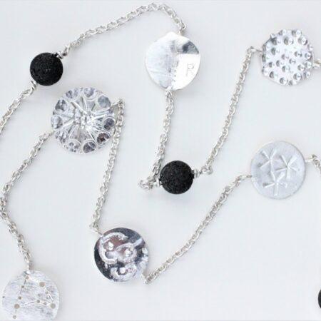 Sølvkæde med rundtplader og sorte perler