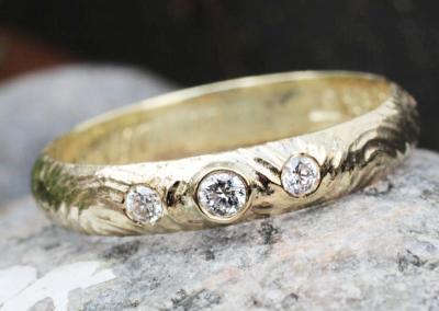 Herrerign som er lavet om til damering med tre diamanter og spændende fræset overflade.