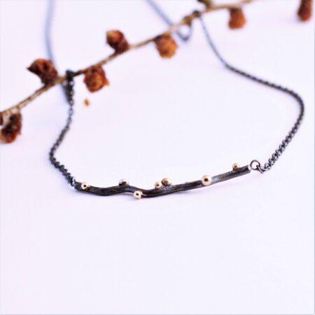 oxideret halskæde med led af oxideret sølv og guldkugler