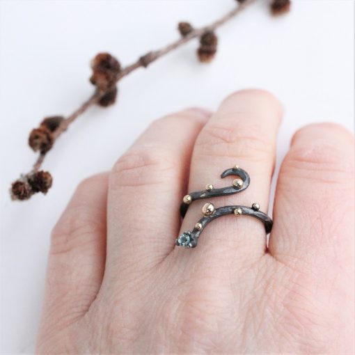 oxideret sølvring på finger