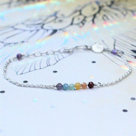 regnbuearmbånd med ædelstene der danner regnbuens farver.