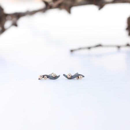 oxiderede ørestikkere med guldkugler