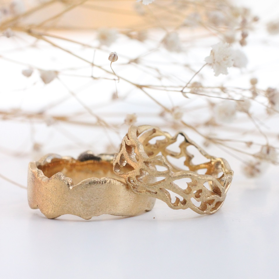Vielsesringe i guld hvor damemodel er med udsavede aflangede hjerter