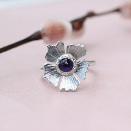 Høstanemone ring i sølv med ametyst i kernen