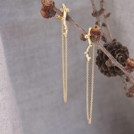 lærkegren øreringe forgyldt sølv hængende på en lærkegren