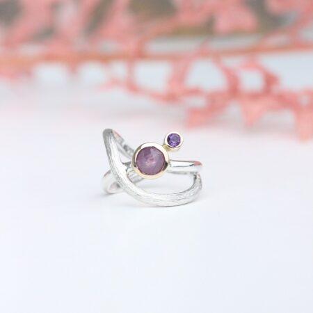 Anderldes ring i sølv med rubin i guldfatning, hvor er skøvt ved siden af er en ametyst også i guldfatning