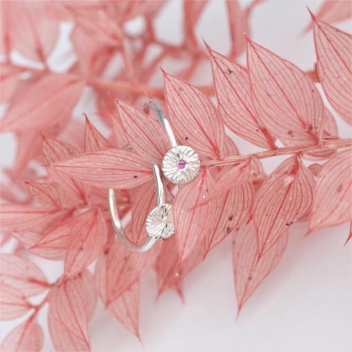 to solstråle ringe på lyserød tørede blomster. Den ene ring er med pink safir