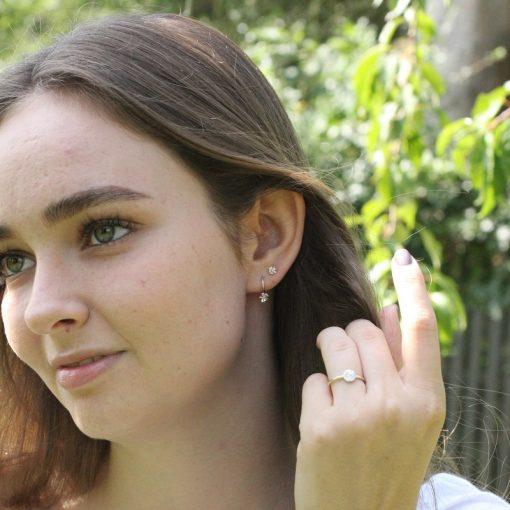 ung model med høstanemone øreringe og solstråle ring